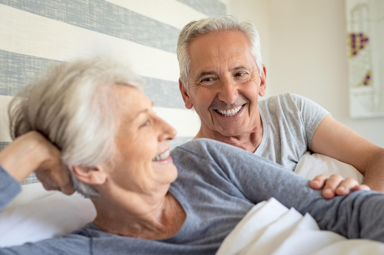 Senior-Paar-im-Bett